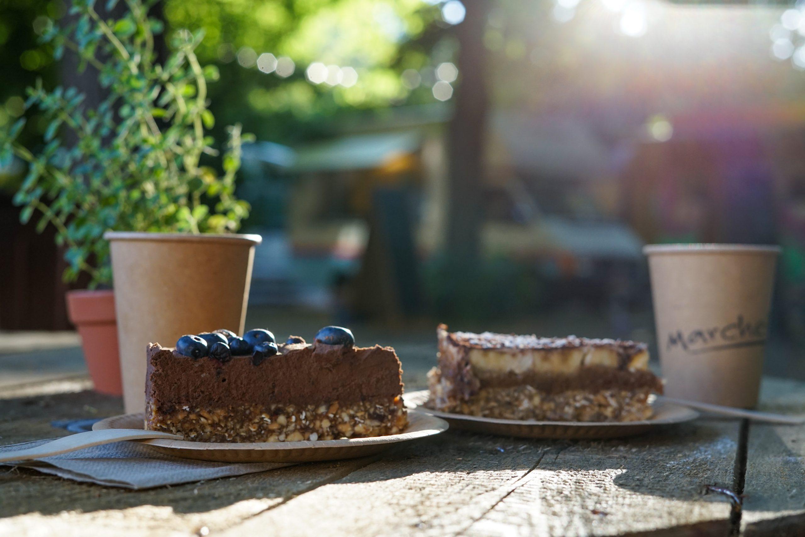Bezglutenowe ciasto, tarta czekoladowa, kawa, ekologiczne opakowania
